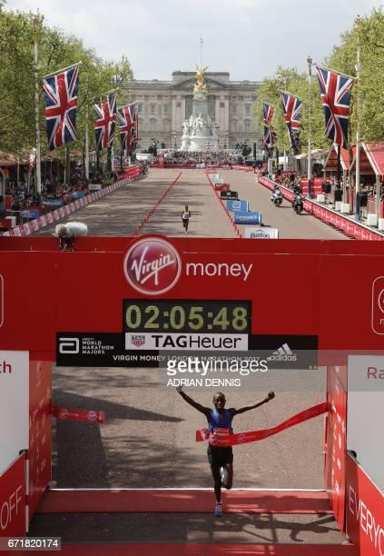 Kenya's Daniel Wanjiru wins the Men's elite race at the London marathon on April 23 2017 in London / AFP PHOTO / ADRIAN DENNIS