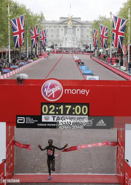 Kenya's Mary Keitany wins the women's elite race at the London marathon on April 23 2017 in London / AFP PHOTO / ADRIAN DENNIS