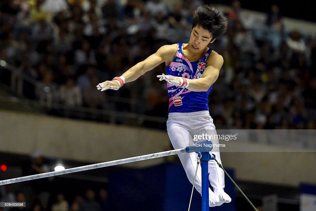 <a gi-track='captionPersonalityLinkClicked' href=/galleries/search?phrase=Kenzo+Shirai&family=editorial&specificpeople=11423900 ng-click='$event.stopPropagation()'>Kenzo Shirai</a> competes in the Horizontal Bar during the Artistic Gymnastics NHK Trophy at Yoyogi National Gymnasium on May 5, 2016 in Tokyo, Japan.