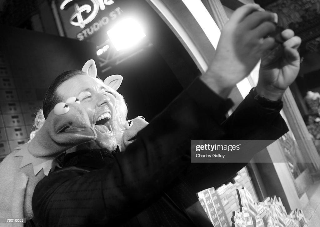 Kermit the Frog, actor <a gi-track='captionPersonalityLinkClicked' href=/galleries/search?phrase=Ricky+Gervais&family=editorial&specificpeople=209237 ng-click='$event.stopPropagation()'>Ricky Gervais</a> and Miss Piggy arrive at the world premiere of Disney's 'Muppets Most Wanted' at the El Capitan Theatre on March 11, 2014 in Hollywood, California.