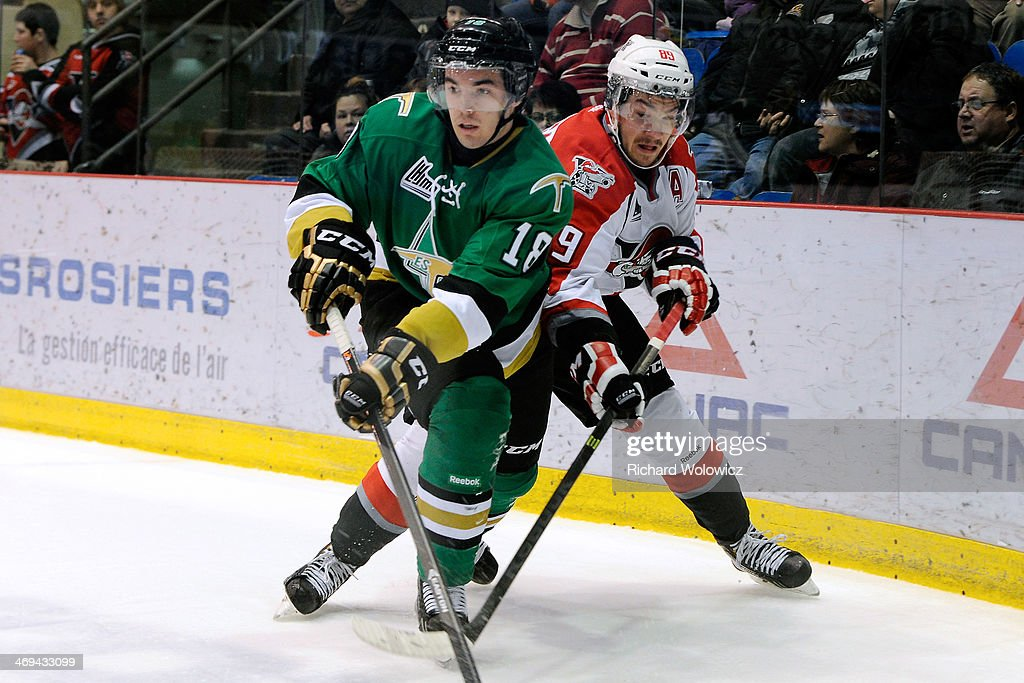 Keven Larouche #18 of the Val D'Or Foreurs and Frederick Gaudreau #89 of the Drummondville Voltigeurs battle for position during the QMJHL game at the Centre Marcel Dionne on February 14, 2014 in Drummondville, Quebec, Canada.