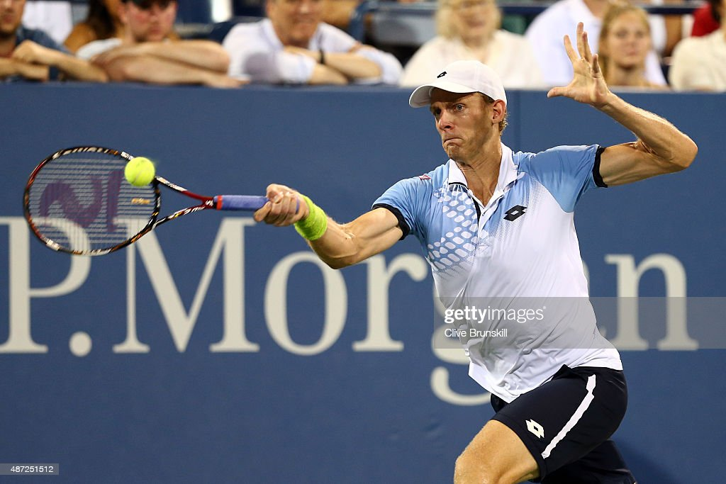<a gi-track='captionPersonalityLinkClicked' href=/galleries/search?phrase=Kevin+Anderson+-+Jugador+de+tenis&family=editorial&specificpeople=5405822 ng-click='$event.stopPropagation()'>Kevin Anderson</a> of South Africa returns a shot to Andy Murray of Great Britain during their Men's Singles Fourth Round match on Day Eight of the 2015 US Open at the USTA Billie Jean King National Tennis Center on September 7, 2015 in the Flushing neighborhood of the Queens borough of New York City.