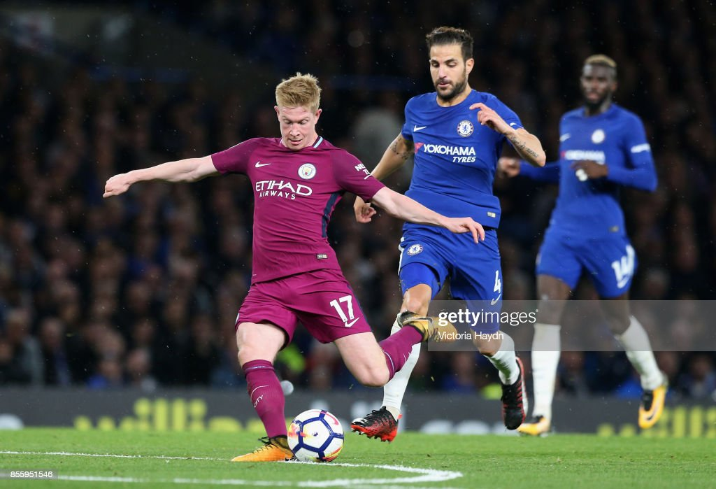 Kevin De Bruyne of Manchester City scores his sides first goal during the Premier League match between Chelsea and Manchester City at Stamford Bridge on September 30, 2017 in London, England.