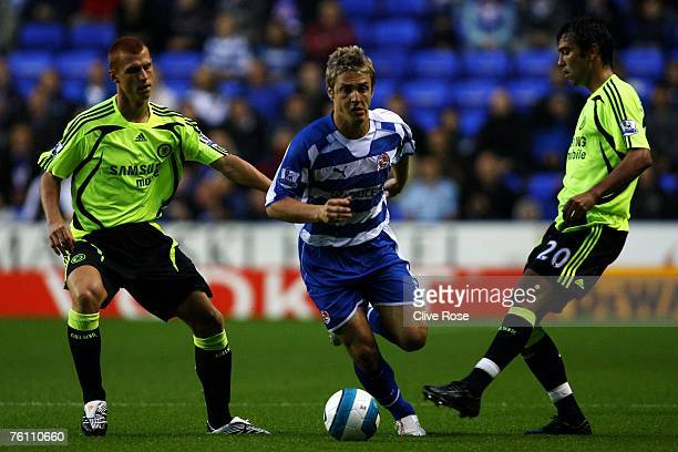 Kevin Doyle of Reading gets past Paulo Ferreira and Steve Sidwell of Chelsea during the Barclays Premiership match between Reading and Chelsea at the...