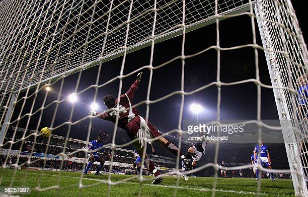 Kevin Doyle of Reading scores his goal during the Coca Cola Championship match between Ipswich Town and Reading at Portman Road on November 22 2005...