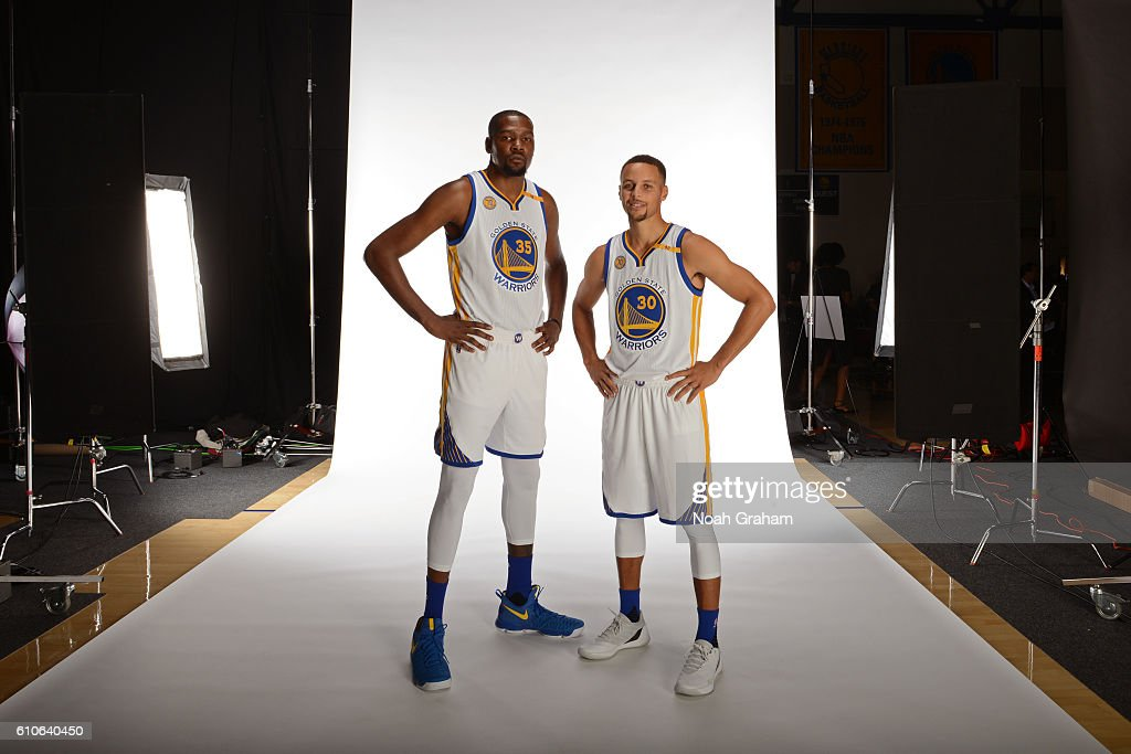 ¿Cuánto mide Kevin Durant? - Altura real: 2,08 - Real height Kevin-durant-and-stephen-curry-of-the-golden-state-warriors-pose-for-picture-id610640450