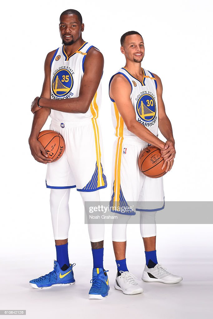 ¿Cuánto mide Kevin Durant? - Altura real: 2,08 - Real height Kevin-durant-and-stephen-curry-of-the-golden-state-warriors-pose-for-picture-id610642126