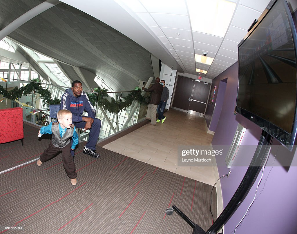Kevin Durant #35 of the Oklahoma City Thunder along with the rest of the team, visits patients in the Children's Hospital on December 22, 2012 in Oklahoma City, Oklahoma.