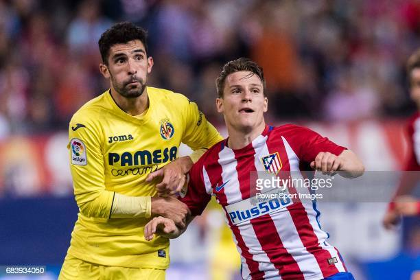 Kevin Gameiro of Atletico de Madrid fights for position with Alvaro Gonzalez Soberon of Villarreal CF during the La Liga match between Atletico de...