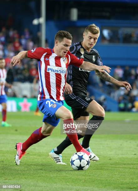 Kevin Gameiro of Atletico Madrid and Toni Kroos of Real Madrid during the UEFA Champions League Semi Final second leg match between Club Atletico de...