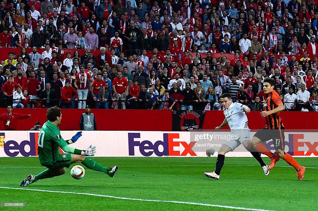 Kevin Gameiro of Sevilla FC scores the opening goal past Maksym Malyshev and Andriy Pyatov of FC Shakhtar Donetsk during the UEFA Europa League Semi...