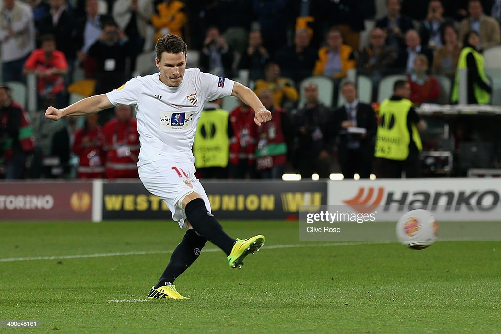 <a gi-track='captionPersonalityLinkClicked' href=/galleries/search?phrase=Kevin+Gameiro&family=editorial&specificpeople=815278 ng-click='$event.stopPropagation()'>Kevin Gameiro</a> of Sevilla scores the winning penalty during the UEFA Europa League Final match between Sevilla FC and SL Benfica at Juventus Stadium on May 14, 2014 in Turin, Italy.