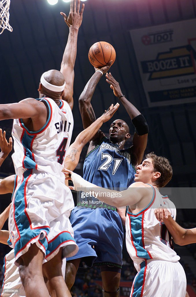 Kevin Garnett #21 of the Minnesota Timberwolves goes up for the shot during the NBA game against the Memphis Grizzlies at The Pyramid on November 15, 2002 in Memphis, Tennessee. The Timberwolves won 99-95.
