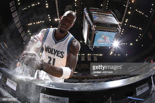 Kevin Garnett of the Minnesota Timberwolves puts powder on his hands before entering the game against the Los Angeles Clippers on March 2 2015 at...