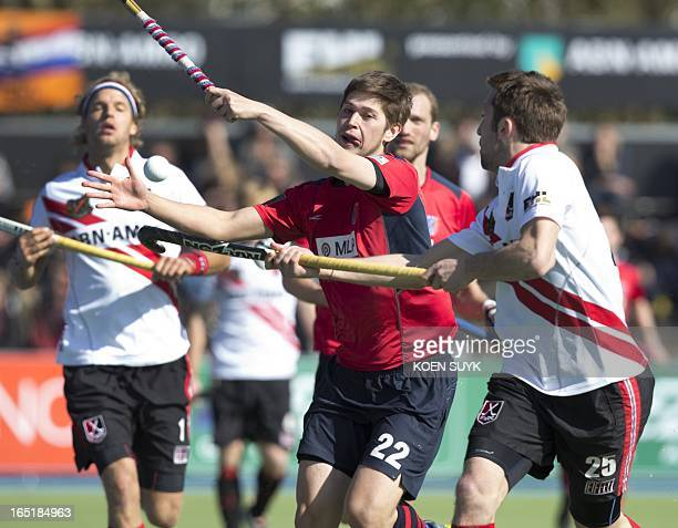 Kevin Lim of Berliner HC duels with Amsterdamplayers Floris Evers and Roc Oliva during the Euro Hockey Leaguematch Berlin vs Amsterdam in the Wagener...