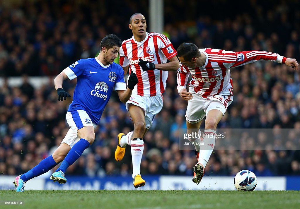 Kevin Mirallas of Everton beats Geoff Cameron and Steven N'Zonzi of Stoke City for the opening goal during the Barclays Premier League match between Everton and Stoke City at Goodison Park on March 30, 2013 in Liverpool, England.