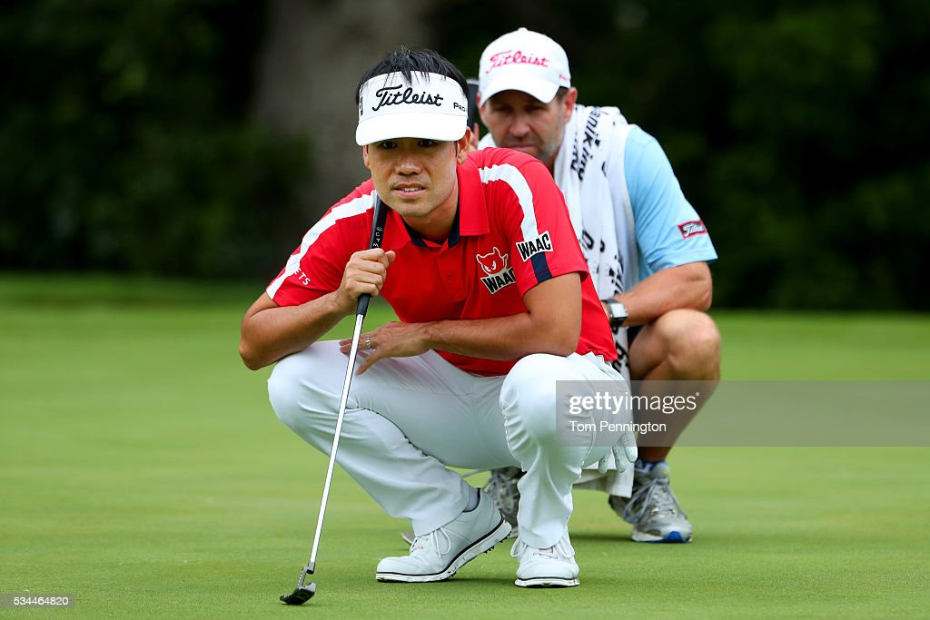 <a gi-track='captionPersonalityLinkClicked' href=/galleries/search?phrase=Kevin+Na&family=editorial&specificpeople=235605 ng-click='$event.stopPropagation()'>Kevin Na</a> and his caddie line up a putt on the fifth green during the First Round of the DEAN & DELUCA Invitational at Colonial Country Club on May 26, 2016 in Fort Worth, Texas.