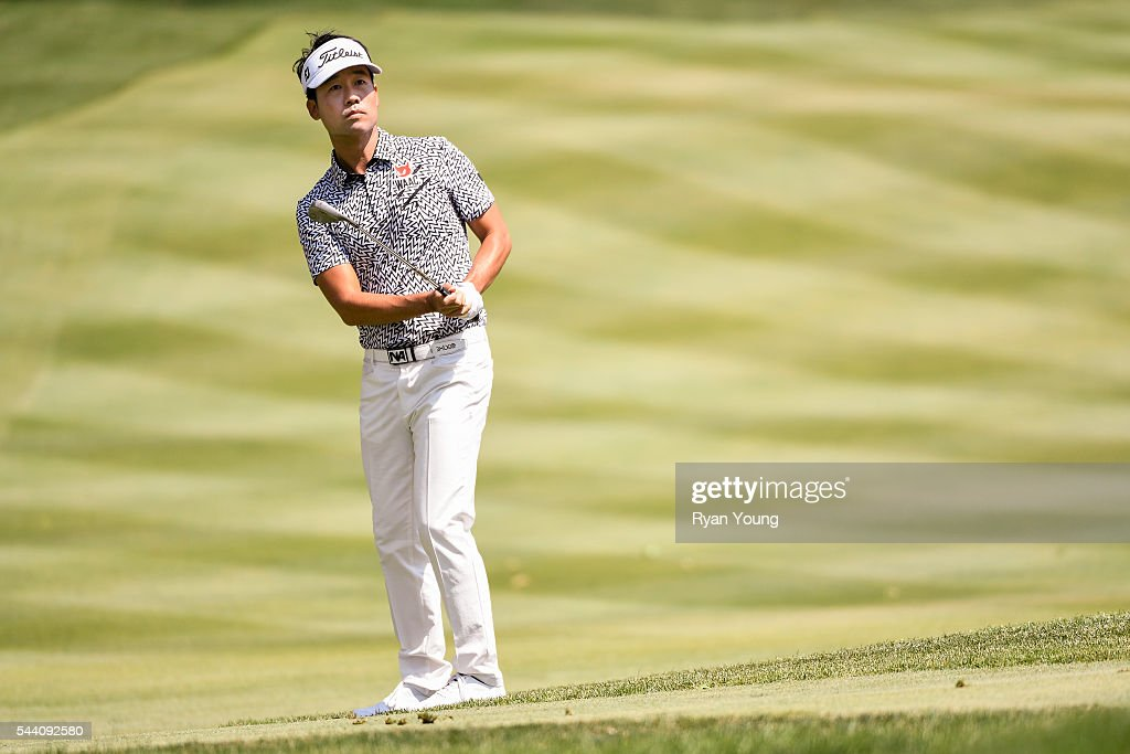 <a gi-track='captionPersonalityLinkClicked' href=/galleries/search?phrase=Kevin+Na&family=editorial&specificpeople=235605 ng-click='$event.stopPropagation()'>Kevin Na</a> chips on the second hole during the second round of the World Golf Championships-Bridgestone Invitational at Firestone Country Club on July 1, 2016 in Akron, Ohio.