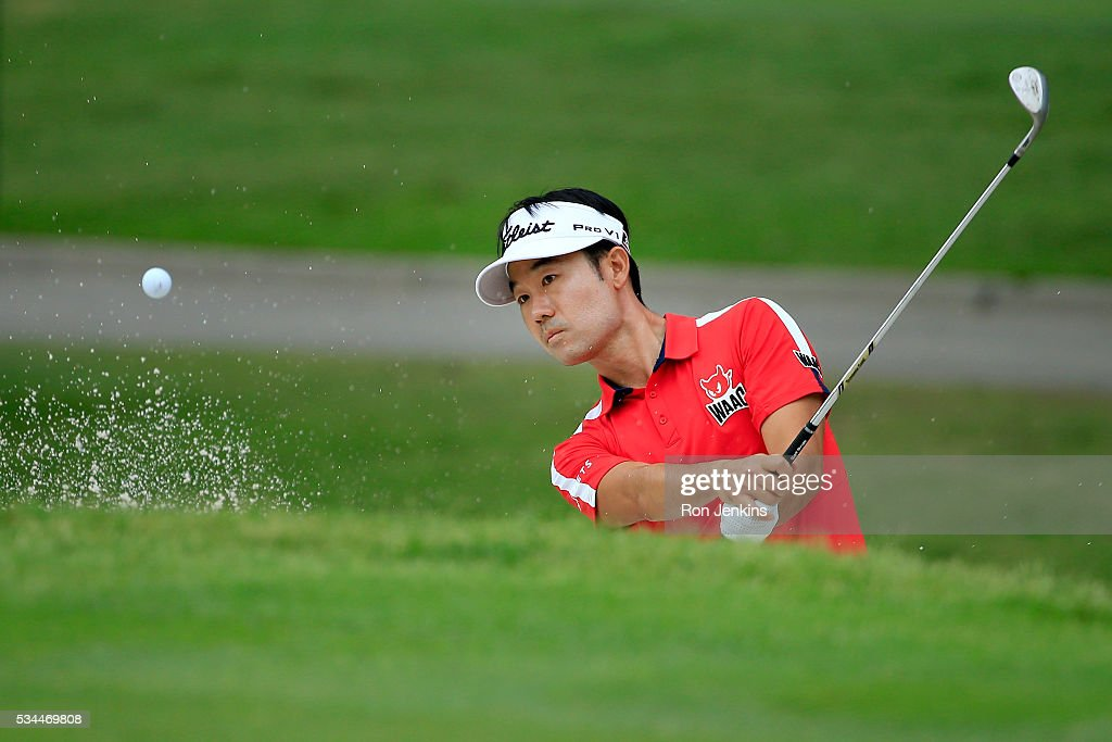 <a gi-track='captionPersonalityLinkClicked' href=/galleries/search?phrase=Kevin+Na&family=editorial&specificpeople=235605 ng-click='$event.stopPropagation()'>Kevin Na</a> hits a shot out of the bunker on the first hole during the First Round of the DEAN & DELUCA Invitational at Colonial Country Club on May 26, 2016 in Fort Worth, Texas.
