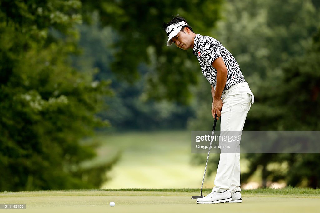 <a gi-track='captionPersonalityLinkClicked' href=/galleries/search?phrase=Kevin+Na&family=editorial&specificpeople=235605 ng-click='$event.stopPropagation()'>Kevin Na</a> putts on the fourth green during the second round of the World Golf Championships - Bridgestone Invitational at Firestone Country Club South Course on July 1, 2016 in Akron, Ohio.