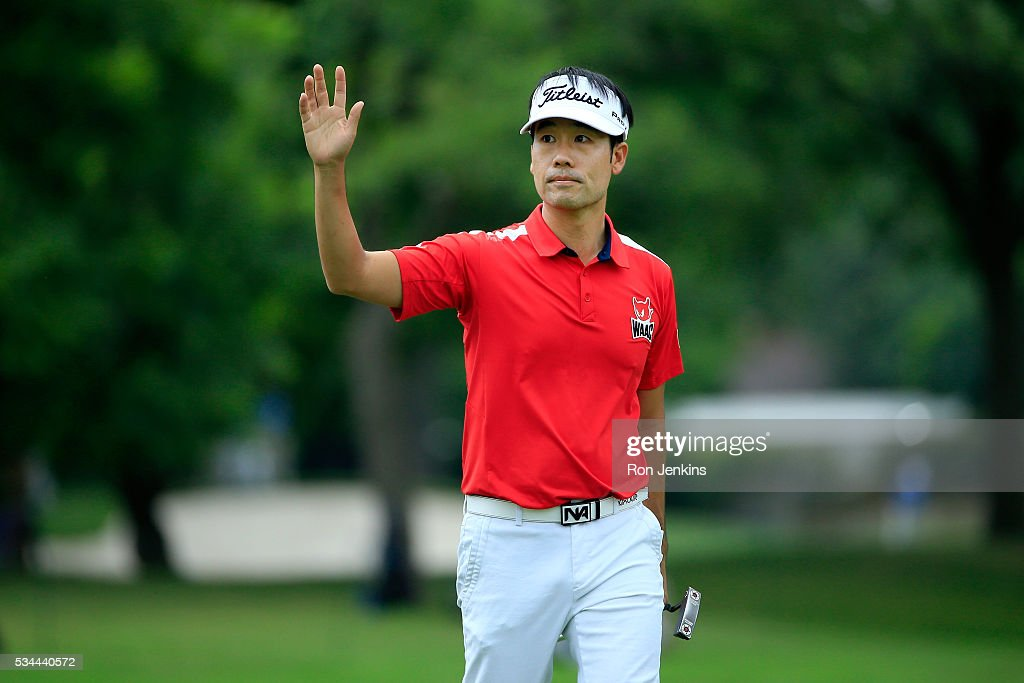 Kevin Na waves to the gallery on the 18th green during the First Round of the DEAN & DELUCA Invitational at Colonial Country Club on May 26, 2016 in Fort Worth, Texas.