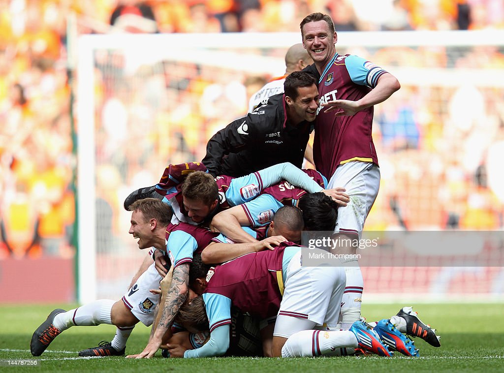 Kevin Nolan the captain of West Ham celebrates victory with his team mates during the npower Championship - Playoff Final between West Ham United and Blackpool at Wembley Stadium on May 19, 2012 in London, England.
