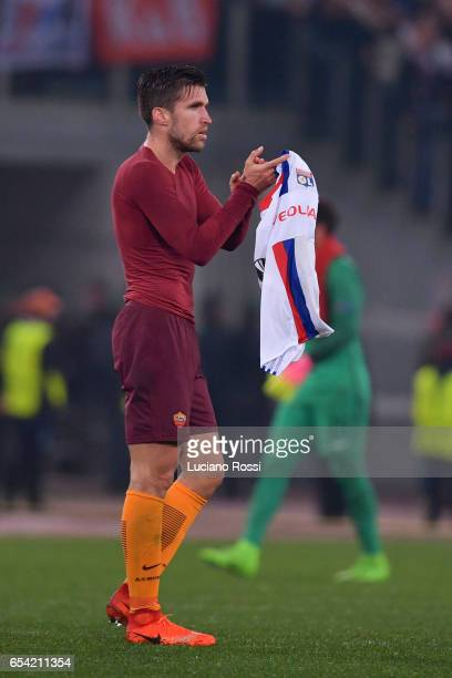 Kevin Strootman of AS Roma greets his fans after the UEFA Europa League Round of 16 second leg match between AS Roma and Olympique Lyonnais at Stadio...