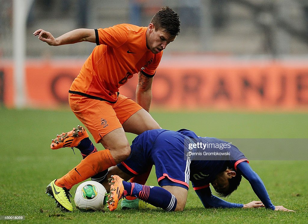 <a gi-track='captionPersonalityLinkClicked' href=/galleries/search?phrase=Kevin+Strootman&family=editorial&specificpeople=5566501 ng-click='$event.stopPropagation()'>Kevin Strootman</a> of Netherlands challenges <a gi-track='captionPersonalityLinkClicked' href=/galleries/search?phrase=Shinji+Kagawa&family=editorial&specificpeople=4314029 ng-click='$event.stopPropagation()'>Shinji Kagawa</a> of Japan during the International Friendly match between the Netherlands and Japan on November 16, 2013 in Genk, Belgium.