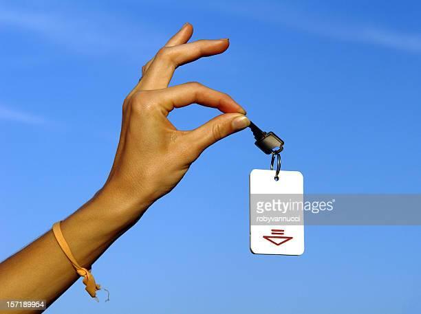 Clé en main, avec un ciel bleu en arrière-plan