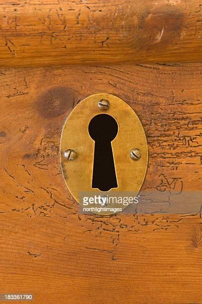 Schlüsselloch in hölzernen Brust
