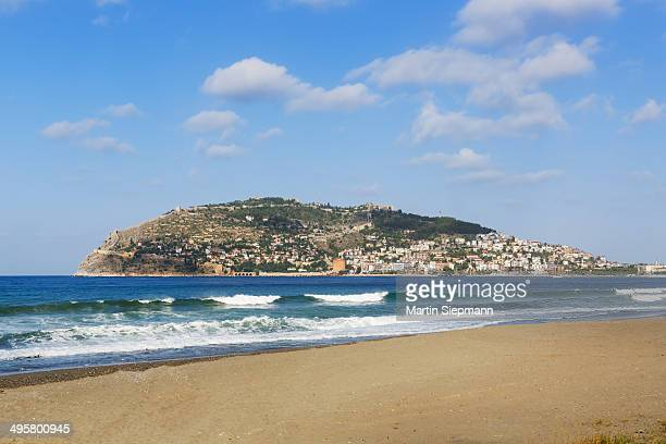Keykobat beach with the hill of Alanya Castle and the town of Alanya, Alanya, Turkish Riviera, Province of Antalya, Mediterranean Region, Turkey