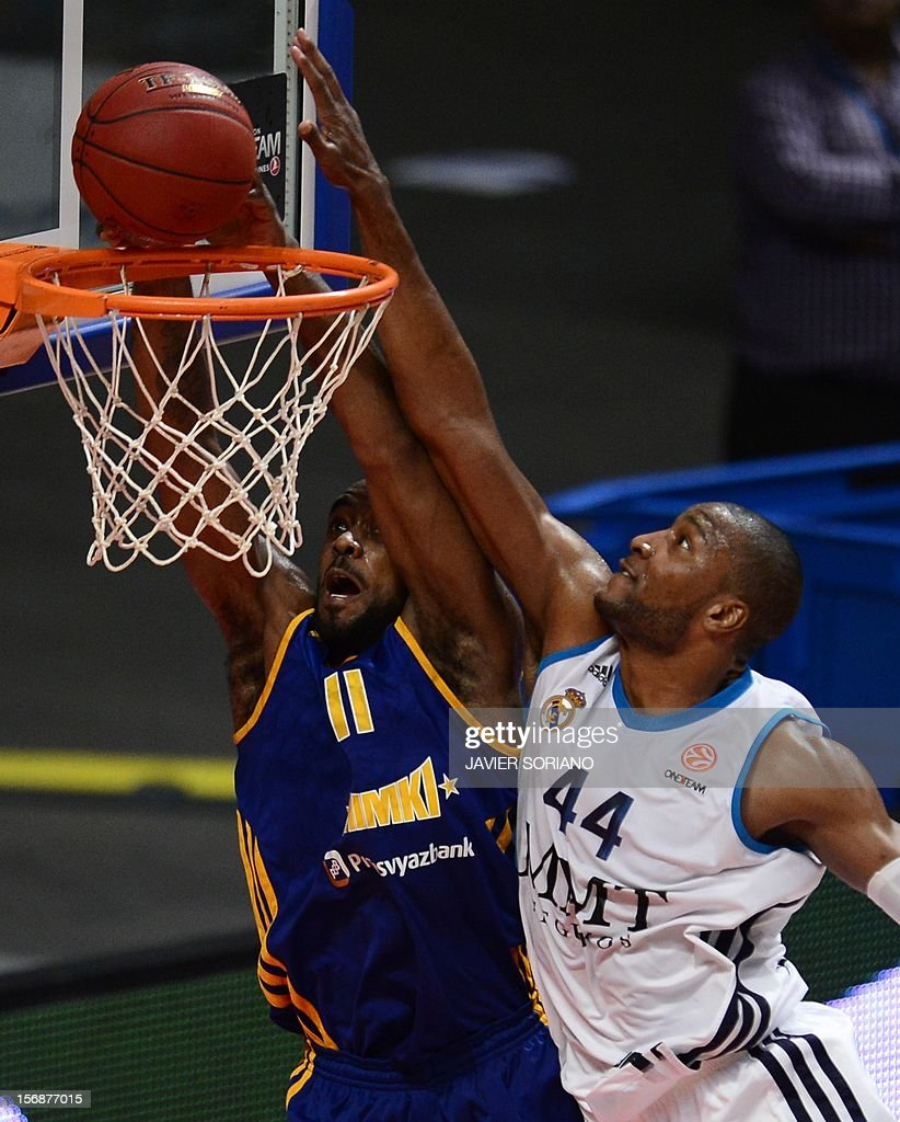 Khimki Moscow's US forward Kelvin Rivers (L) vies with Real Madrid's US forward Marcus Slaughter (R) during the Euroleague basketball match Real Madrid vs BC Khimki Moscow at the Palacio de los Deportes in Madrid on November 23, 2012.