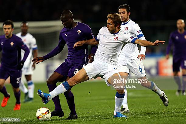 Khouma Babacar of ACF Fiorentina battles for the ball with Goncalo Silva of OS Belenenses during the UEFA Europa League match between ACF Fiorentina...