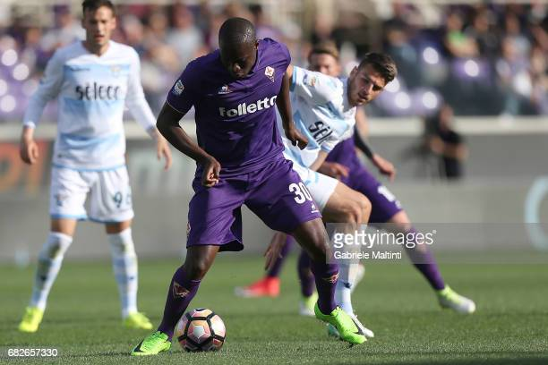 Khouma Babacar of ACF Fiorentina battles for the ball with Wesley Hoedt of SS Lazio during the Serie A match between ACF Fiorentina and SS Lazio at...