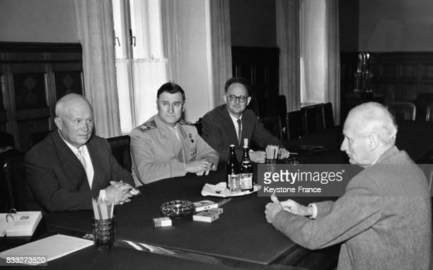 Khrouchtchev et le maréchal Montgomery photographiés durant leur rencontre au Kremlin Moscou URSS en avril 1959