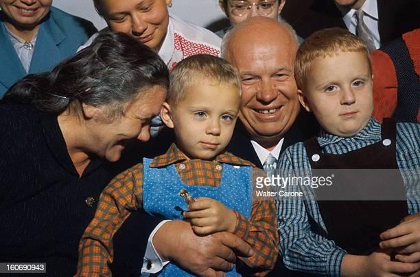 Khrushchev Receives Paris Match In His Datcha Nikita et Nina KHROUCHTCHEV posent en famille dans leur datcha près du village d'Ouspenskoïe à 32 km de...