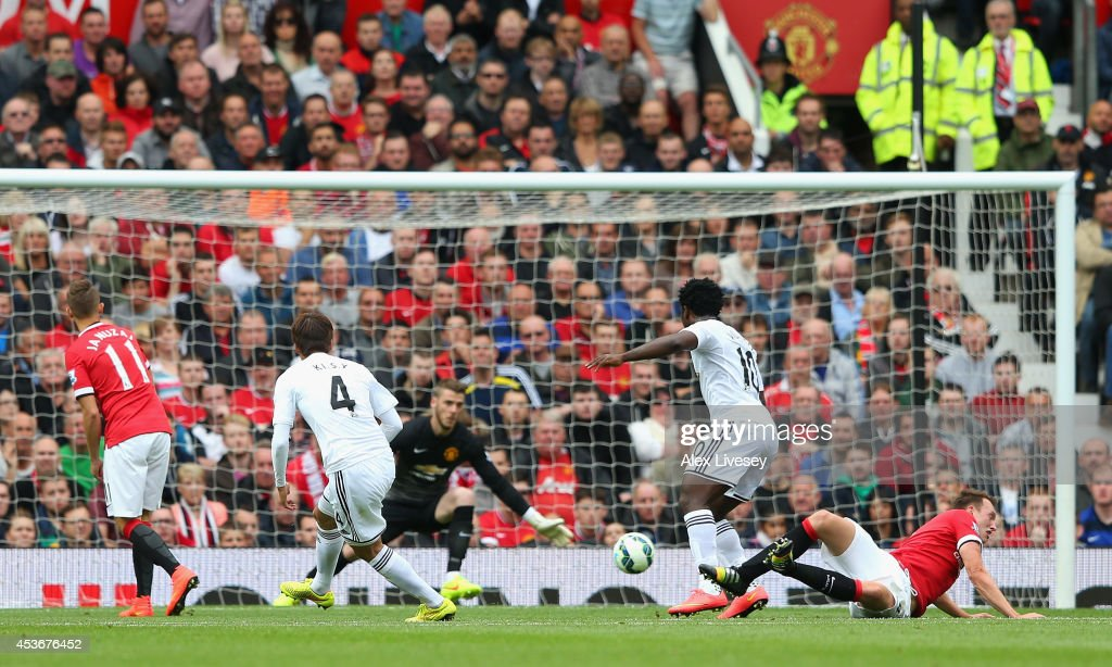 Ki Sung-Yeung of Swansea City scores the opening goal during the Barclays Premier League match between Manchester United and Swansea City at Old Trafford on August 16, 2014 in Manchester, England.