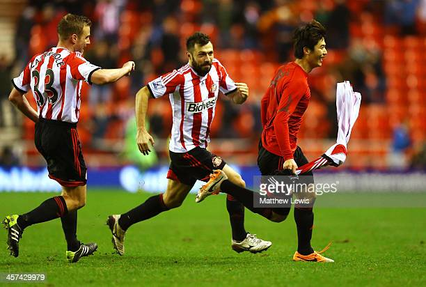 Ki SungYong of Sunderland celebrates scoring the winning goal in extra with Andrea Dossena and Lee Cattermole of Sunderland during the Capital One...