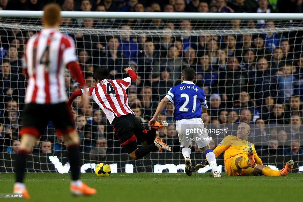 Ki SungYong of Sunderland is brought down by goalkeeper Tim Howard of Everton to earn a penalty whilst Howard received the red card during the...