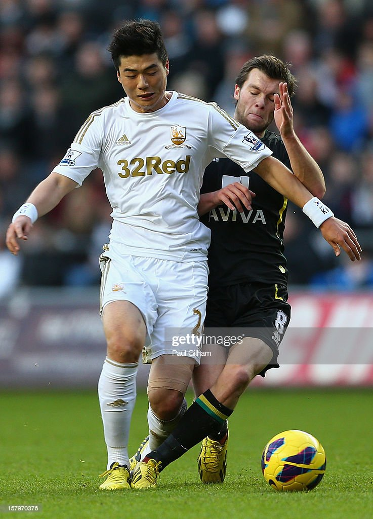 Ki Sung-Yueng of Swansea City battles for the ball with Jonathan Howson of Norwich City during the Barclays Premier League match between Swansea City and Norwich City at the Liberty Stadium on December 8, 2012 in Swansea, Wales.