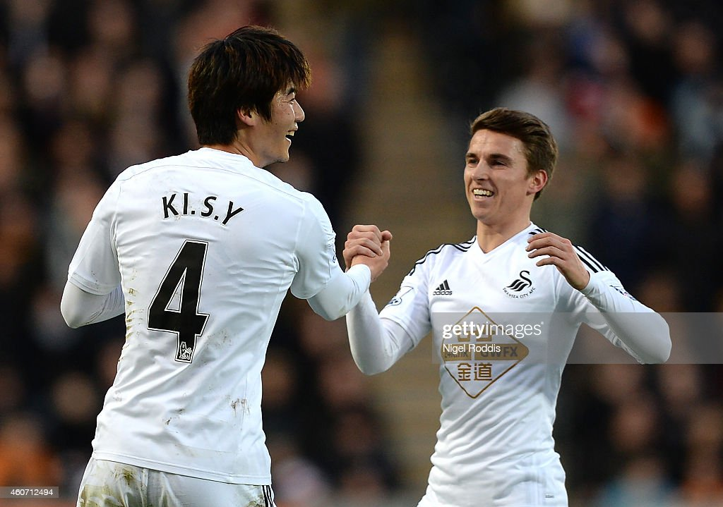 Ki Sung-Yueng of Swansea City celebrates scoring the opening goal with team-mate <a gi-track='captionPersonalityLinkClicked' href=/galleries/search?phrase=Tom+Carroll&family=editorial&specificpeople=850381 ng-click='$event.stopPropagation()'>Tom Carroll</a> during the Barclays Premier League match between Hull City and Swansea City at KC Stadium on December 20, 2014 in Hull, England.