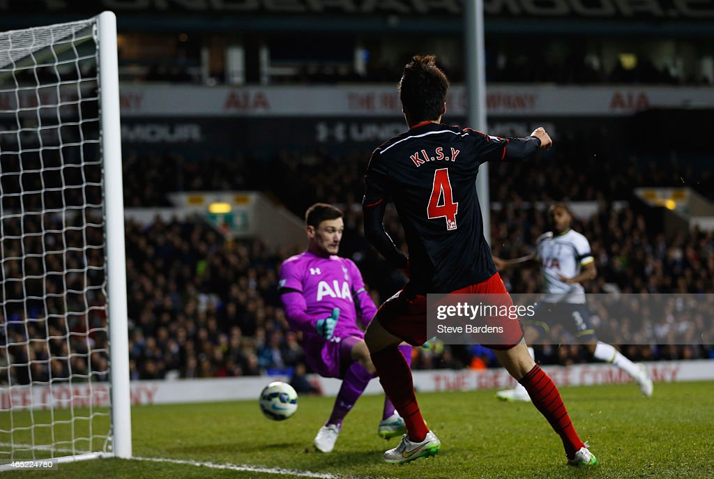 Ki Sung-Yueng of Swansea City shoots past <a gi-track='captionPersonalityLinkClicked' href=/galleries/search?phrase=Hugo+Lloris&family=editorial&specificpeople=2501893 ng-click='$event.stopPropagation()'>Hugo Lloris</a> of Spurs as he scores their first and equalising goal during the Barclays Premier League match between Tottenham Hotspur and Swansea City at White Hart Lane on March 4, 2015 in London, England.