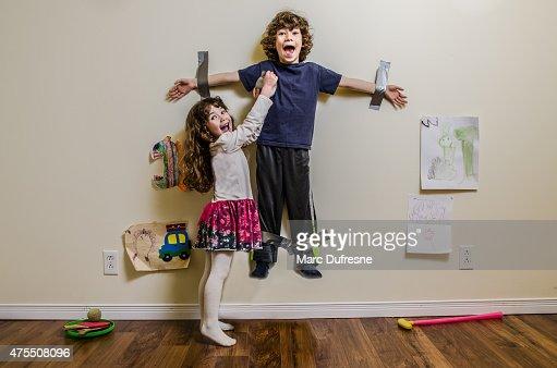 お子様用ダクトテープている壁にいる姉妹