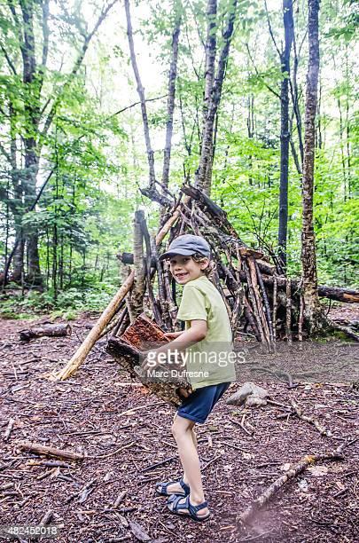Kid Aufbau einer Hütte im Wald