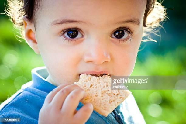 Kind isst Brot