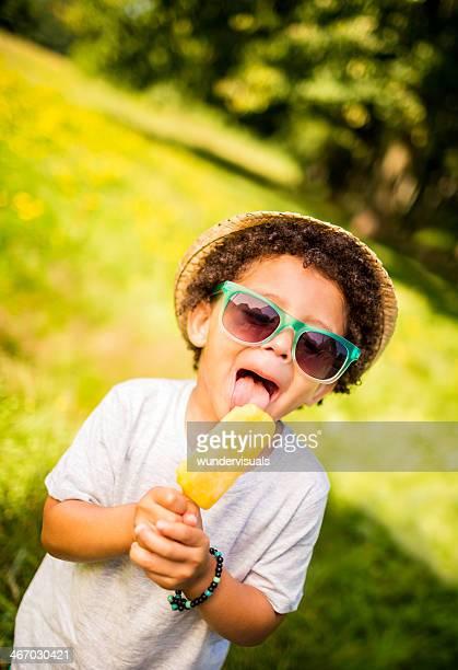Kid lecken Eis an einem sonnigen Sommertag