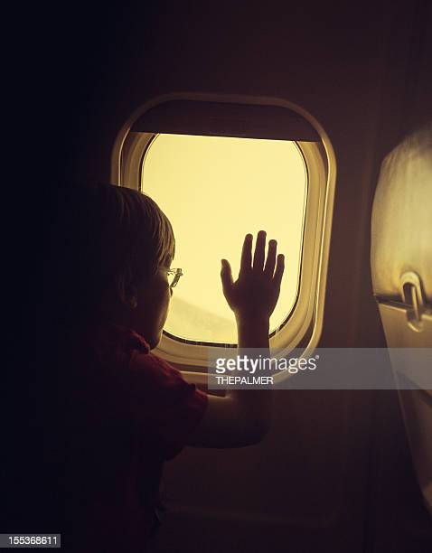 Enfant Regarder par le hublot d'un avion