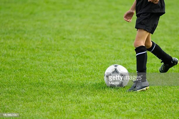 Kind spielt Fußball