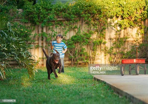 Bambino corre con il cane