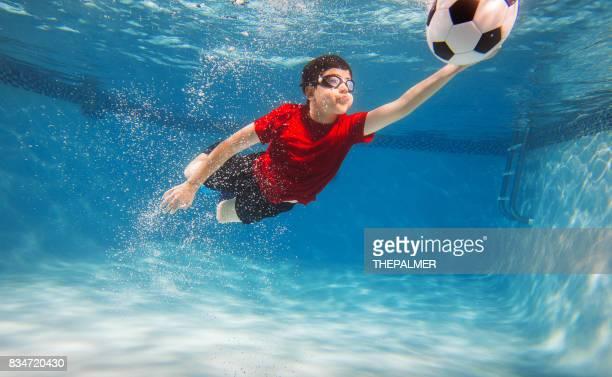 子供水中サッカー ゴールキーパー